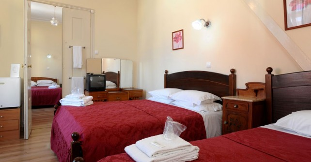 Double room with two double beds and a single